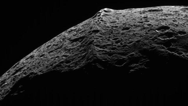 Iapetus_equatorial_ridge